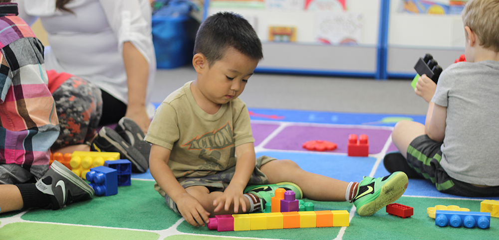 preschool kids building blocks